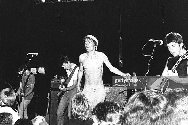The Undertones и музыкант (фото)